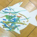 魚やうちわに描かれた抽象画